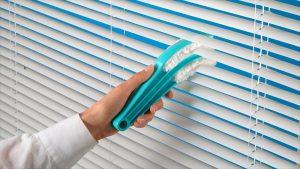 cleaning-venetian-blind